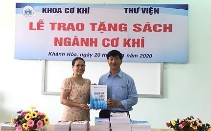 Thầy TS Nguyễn Hữu Nghĩa đại diện khoa trao tặng sách