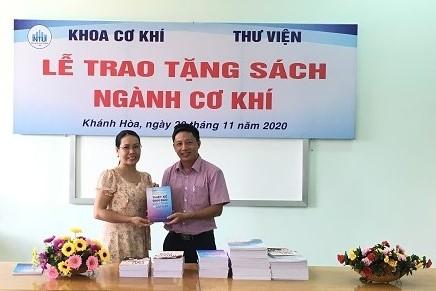 Thầy TS Nguyễn Hữu Thật đại diện khoa trao tặng sách
