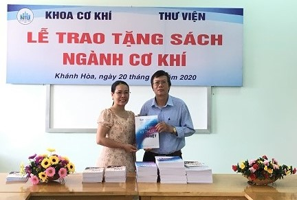 Thầy TS Trần Đại Nghĩa đại diện khoa trao tặng sách