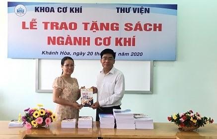 Thầy TS Nguyễn Hữu Trọng đại diện khoa trao tặng sách