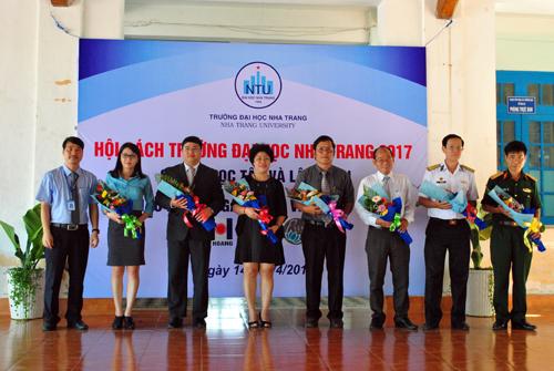 Lãnh đạo Trường tặng hoa đại diện các đơn vị tham gia hội sách